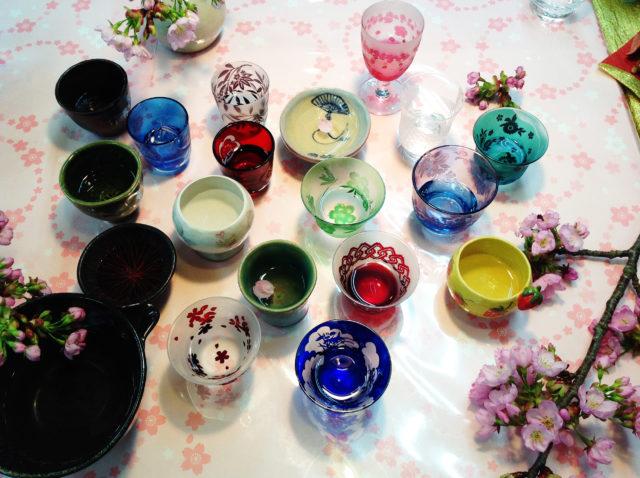 美しいガラスと陶器の自作お猪口が勢ぞろい。